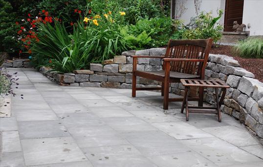 terrasse mit sandstein und trockenmauer einfassung in velbert klo garten und landschaftsbau. Black Bedroom Furniture Sets. Home Design Ideas