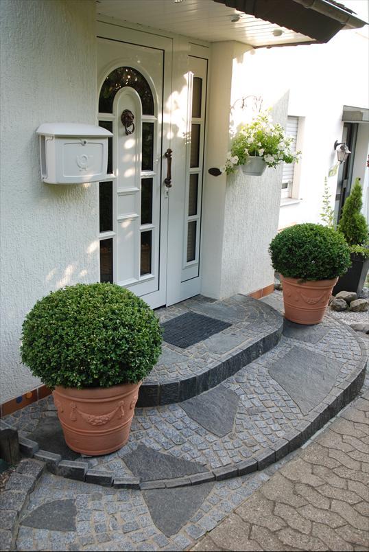 kleiner hauseingang in w lfrath liebevoll gestaltet mit maggia granit klo garten und. Black Bedroom Furniture Sets. Home Design Ideas