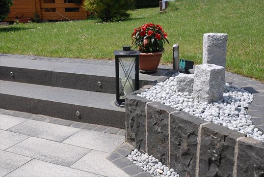 terrassen bergang zum garten mit beleuchteten basalt blockstufen in velbert klo garten und. Black Bedroom Furniture Sets. Home Design Ideas