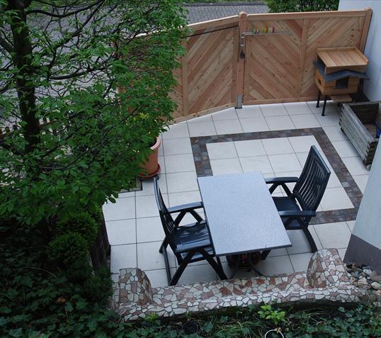 terrasse mit soreno platten und sichtschutz aus l rche in velbert klo garten und. Black Bedroom Furniture Sets. Home Design Ideas