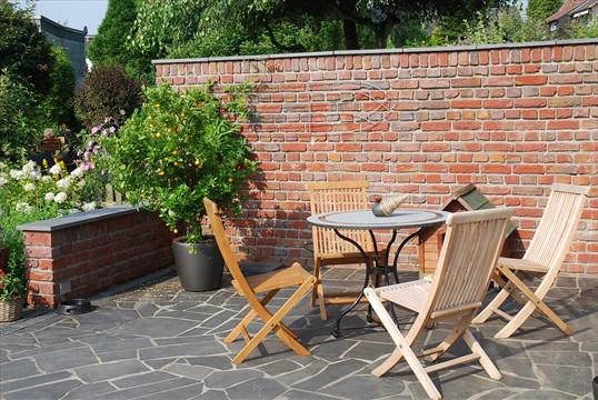 Rustikale Klinkermauer Basalt Polygonalplatten Als Terrasse In