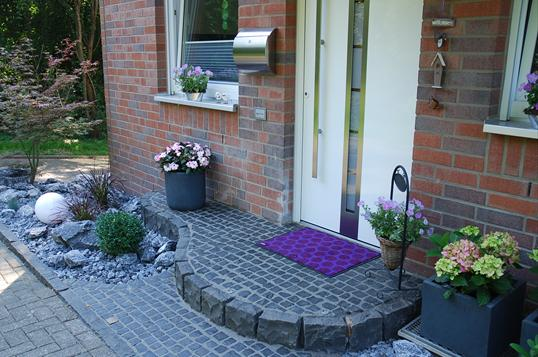 vorgartengestaltung mit naturstein und atmosph rischer beleuchtung in velbert klo garten und. Black Bedroom Furniture Sets. Home Design Ideas