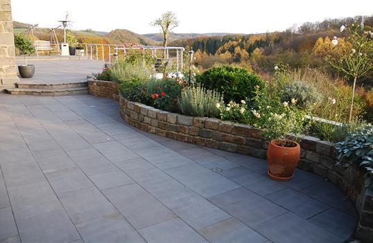 edele naturstein terrassen aus bergischer grauwacke auf zwei ebenen klo garten und. Black Bedroom Furniture Sets. Home Design Ideas