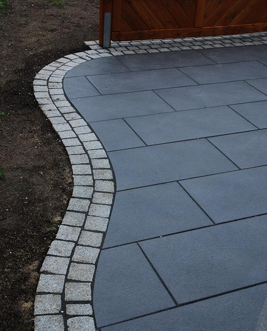 terrasse mit koll platten contento negra und graniteinfassung in velbert klo garten und. Black Bedroom Furniture Sets. Home Design Ideas