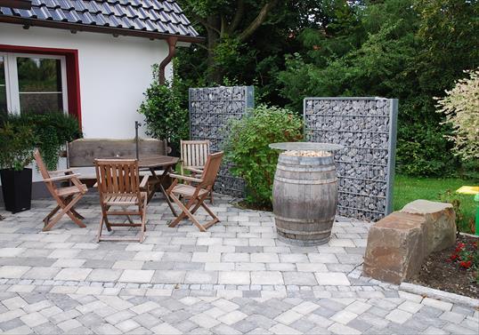 Sitzplatz Aus Gekollertem Pflaster Mit Zaungabionen Und Sitzfelsen