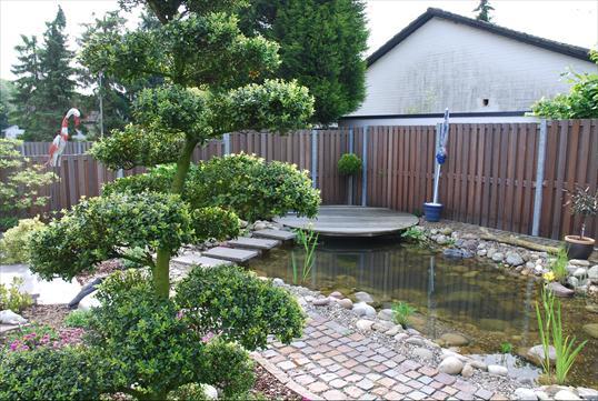 bankirai sitzplatz mit teichanlage und bachlauf in mettmann klo garten und landschaftsbau. Black Bedroom Furniture Sets. Home Design Ideas
