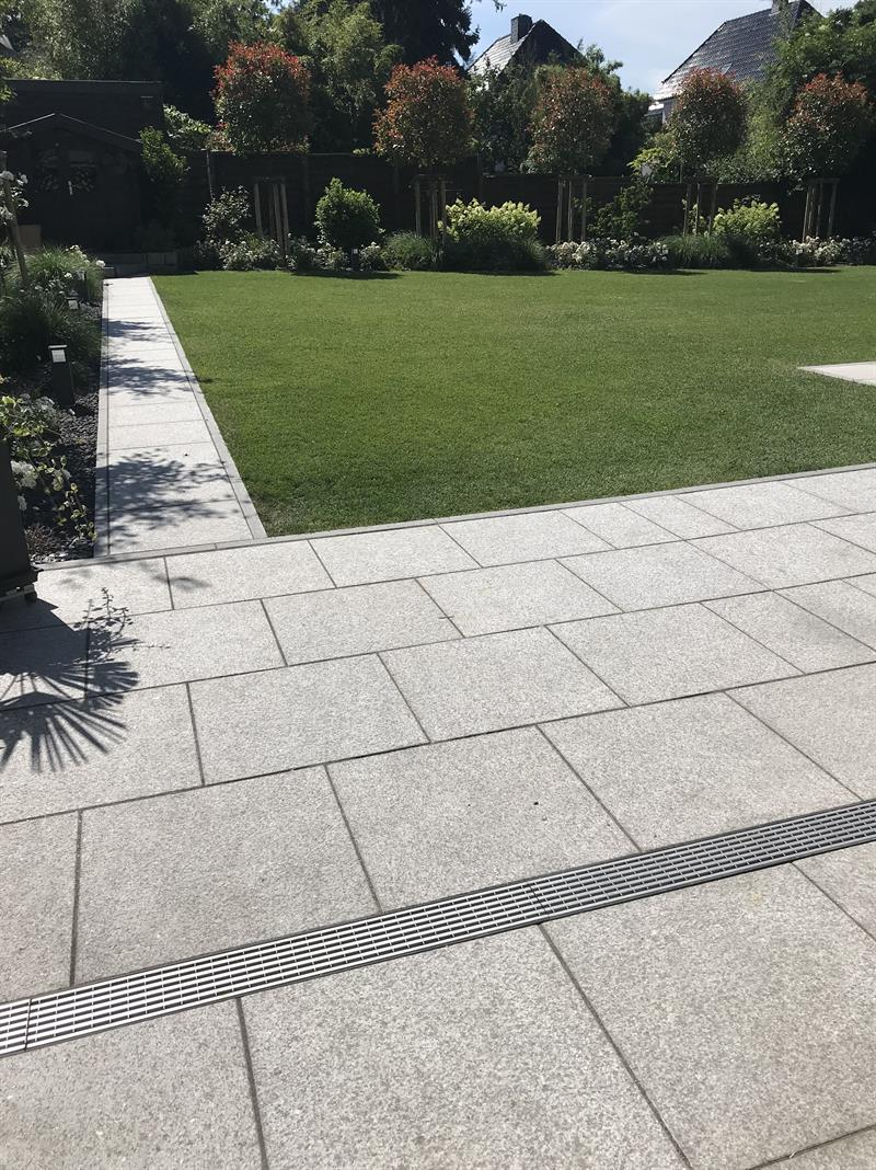 Terrasse aus großen Granitplatten und Edelstahl ...