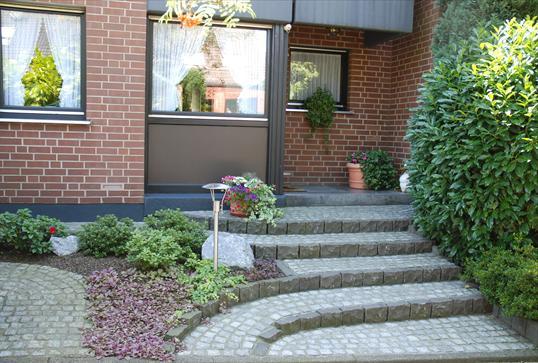 hauseingang aus granit und basalt in heiligenhaus klo garten und landschaftsbau velbert. Black Bedroom Furniture Sets. Home Design Ideas