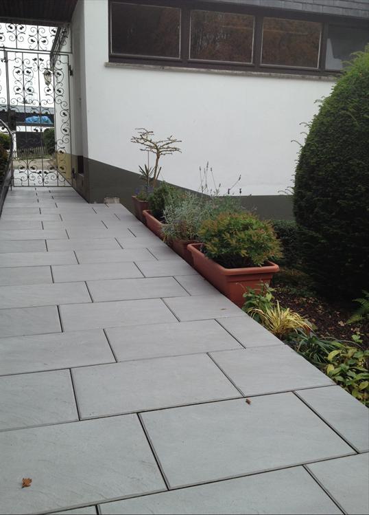 eingangsbereich und terrasse mit andalusia platten in velbert klo garten und landschaftsbau. Black Bedroom Furniture Sets. Home Design Ideas