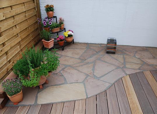 gestaltung mit gartenaccessoires und pflanzen auf der terrasse klo garten und landschaftsbau. Black Bedroom Furniture Sets. Home Design Ideas