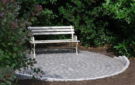 Idyllischer Sitzplatz Aus Granit Natursteinpflaster In Heiligenhaus