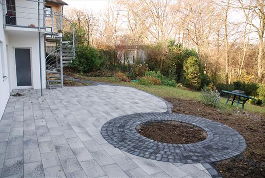 gro z gige terrasse aus umbriano platten und pflasterkreis f r den hausbaum klo garten und. Black Bedroom Furniture Sets. Home Design Ideas