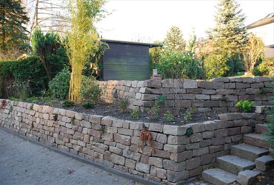 elbtaler naturstein trockenmauer zur b schungssicherung auf zwei ebenen klo garten und. Black Bedroom Furniture Sets. Home Design Ideas