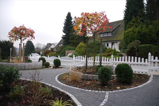 schöne vorgartengestaltung mit granitspiralen und pflanzen in,