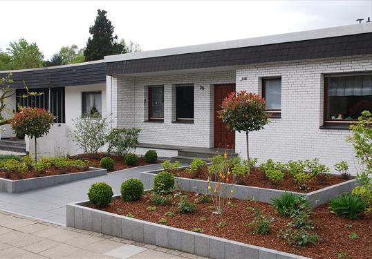 Moderne vorgartengestaltung mit klaren formen aus edelen materialien in essen klo garten und - Vorgarten eingangsbereich ...